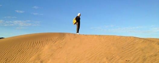 Nel bollente Sahara, con il mio fido zaino giallo in spalla